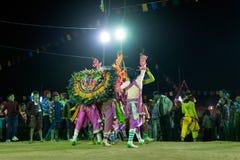 Dança de Chhau, dança marcial tribal indiana na noite na vila Fotos de Stock