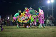Dança de Chhau, dança marcial tribal indiana na noite na vila Imagens de Stock