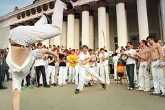 Dança de dois homens no desempenho real do capoeira Imagem de Stock