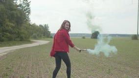 Dança de execução fêmea com a bomba de fumo no campo filme