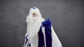 A dança de Jolly Santa Claus e escolhe-o vídeos de arquivo