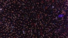 Dança de muitos povos em um concerto video estoque