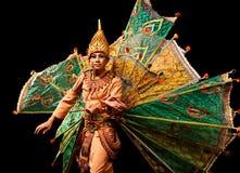 Dança de Peakock< Myanmar=''></t24173292>  <d24173292><p>YANGON, MYANMAR - JANEIRO 25: O dançarino Burmese executa a dança tradici Fotografia de Stock