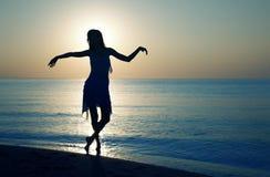 Dança de relaxamento no por do sol Imagens de Stock Royalty Free