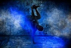 Dança de ruptura do homem na obscuridade imagens de stock royalty free