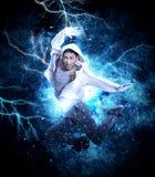 Dança de ruptura do homem no fundo da luz da eletricidade Imagens de Stock