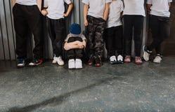 A dança de ruptura dos dançarinos das crianças ostenta a roupa imagem de stock
