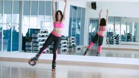 Dança de sorriso da mulher com as sapatas do kangoo no estúdio da dança vídeos de arquivo