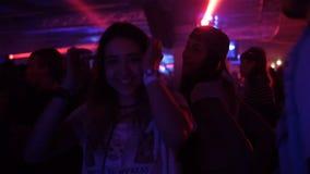 A dança de sorriso das meninas do movimento lento e tem o divertimento entre Clubber video estoque