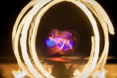 Dança de surpresa da mostra do fogo Dançarinos do fogo nos trajes bonitos que jogam com chama fotografia de stock royalty free