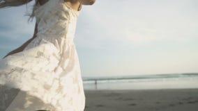 Dança despreocupada da mulher no por do sol na praia video estoque