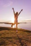 Dança do adolescente no por do sol imagem de stock