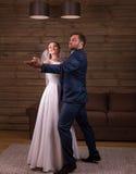 Dança do casamento da dança dos pares dos recém-casados fotos de stock royalty free
