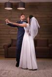 Dança do casamento da dança dos pares dos recém-casados foto de stock