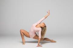Dança do dançarino de bailado da bailarina da mulher nova fotografia de stock