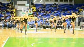 Dança do grupo do líder da claque, campeonato final do basquetebol F4, Kiev, Ucrânia filme