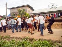 Dança do grupo Os povos locais participam na maneira ao templo fotos de stock