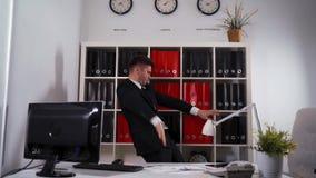 Dança do homem de negócios no escritório vídeos de arquivo