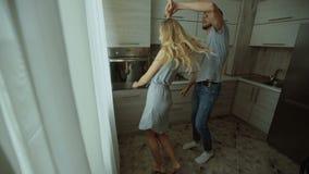 Dança do homem e da mulher na cozinha em casa filme