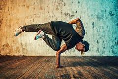 Dança do homem no fundo da parede fotografia de stock royalty free