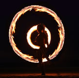 Dança do incêndio na praia na noite Imagens de Stock Royalty Free