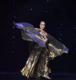 A dança do mundo da Áustria da roupa- do ouro do desgaste dos dançarinos Fotos de Stock Royalty Free