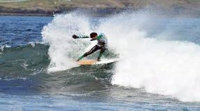 Dança do surfista em uma onda Imagem de Stock Royalty Free