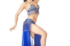 Dança do ventre da dança da mulher em um fundo branco Fotografia de Stock Royalty Free