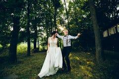 Dança dos noivos na natureza imagens de stock