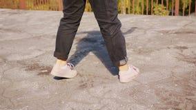 Dança dos pés da jovem mulher fora fotos de stock royalty free