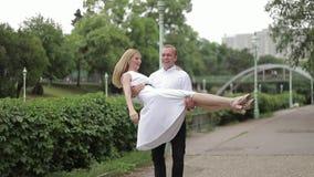 Dança dos pares de Attrective no embanlment Fundo verde Passatempo ativo filme