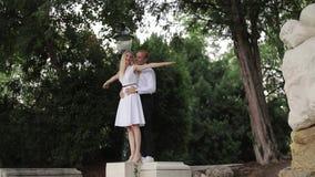 Dança dos pares de Attrective no embanlment Fundo verde Passatempo ativo video estoque