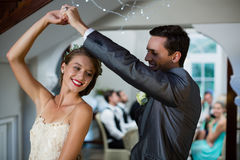 Dança dos pares do casamento no salão imagem de stock royalty free