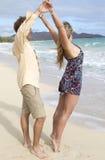 Dança dos pares na praia em Havaí Imagens de Stock