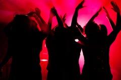 Dança dos povos no clube com lightshow Foto de Stock Royalty Free