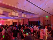 Dança dos povos no dance party silencioso do disco foto de stock
