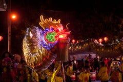 Dança dourada do dragão no ano novo chinês. Imagens de Stock