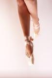 Dança em sapatas de bailado do pointe Fotos de Stock Royalty Free