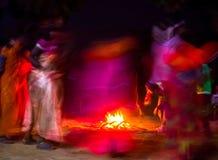 Dança em torno do fogo Imagens de Stock