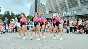 Dança fêmea do grupo, exposição 2014 dos esportes - as crianças ostentam o festival, Kiev, Ucrânia, vídeos de arquivo
