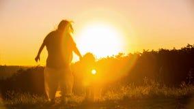 Dança feliz da mãe com as crianças no por do sol vídeos de arquivo