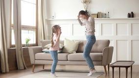Dança feliz da mamã com a menina bonito da criança na sala de visitas video estoque