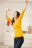 Dança feliz da menina com fones de ouvido Fotos de Stock Royalty Free