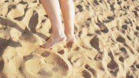 Dança feliz da moça no sorriso da praia in camera Dia ensolarado carefree Povos video estoque