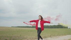 Dança feliz da mulher com tochas de fumo fora video estoque