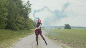 Dança feliz da mulher que guarda a bomba de fumo fora filme