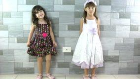 Dança feliz das meninas vídeos de arquivo
