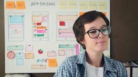 Dança feliz do desenhista de UX no escritório de agência criativo na frente do whiteboard com disposição do projeto video estoque