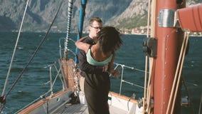 Dança feliz loving dos pares na caminhada do iate no lago fora vídeos de arquivo