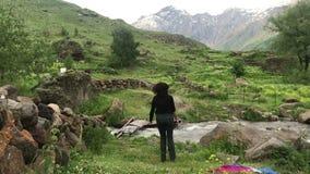 Dança feliz no meio das montanhas, conceito do turista da mulher do curso vídeos de arquivo